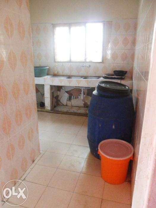 Vende-se/arrenda-se casa no bairro do maxaquene av. flpm Maputo - imagem 6