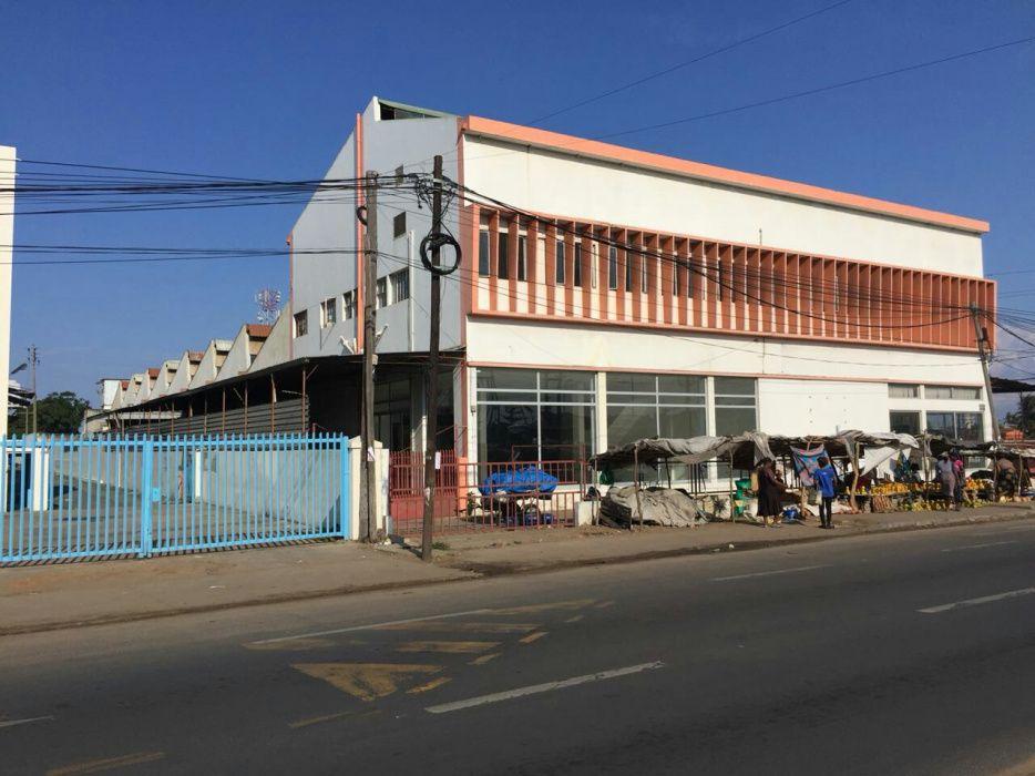Arrenda-se ou vende-se enorme armazém com escritórios a avenida de Moç