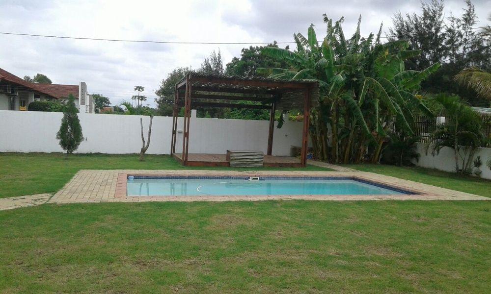 excelente moradia com piscina em condominio