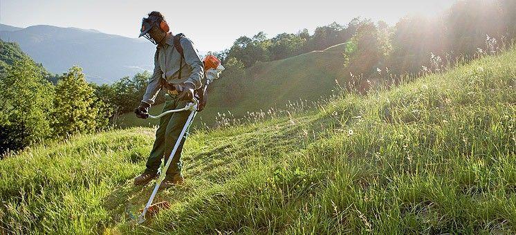 Почистване (косене) с храсторез на тревни площи,градини,дворове и т.н.