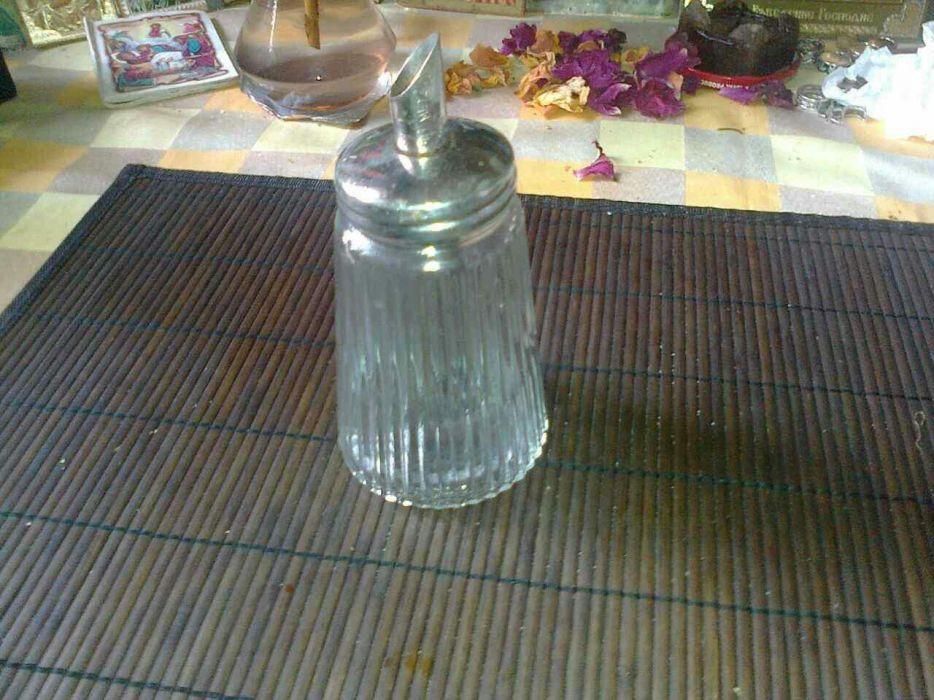 Стъклена захарница с дозатор, много добре запазена.