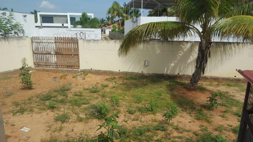 Quintal/Terreno 75x45 c/Residência T3. Na Rua 11 Futungo. Beira praia