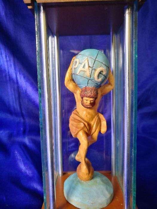 "Obiect decor, in vitrina ""Pace"". Statueta de lemn in vitrina."