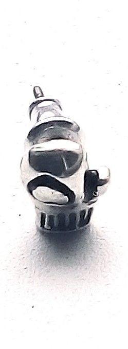 Un cercel mic argintiu manusa box