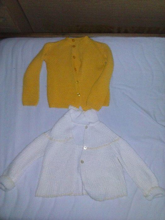 плетена детаска жилетка жъта и бяла