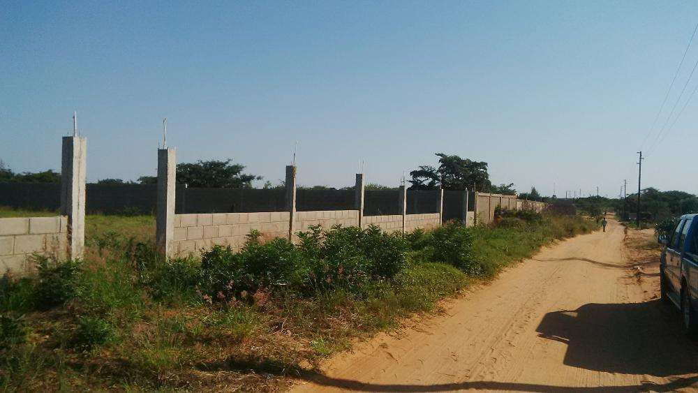 Vende s Mulotana bil terreno 50/100 vedado a 600 metros da N4 c Duat .