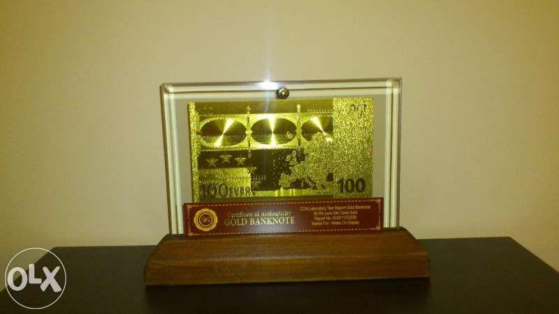 100 евро златни банкноти в стъклена поставка и масивно дърво + Сертифи