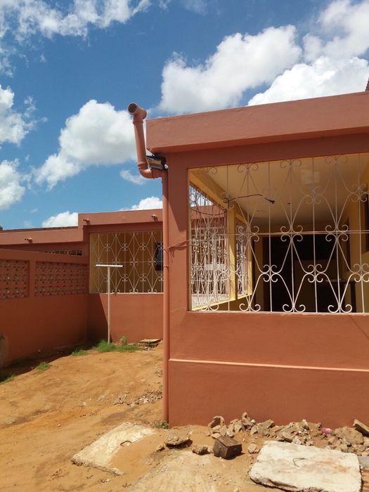 A casa é composta por: 2-quartos 1-sala 1-wc interna 1-cozinha 1-varan
