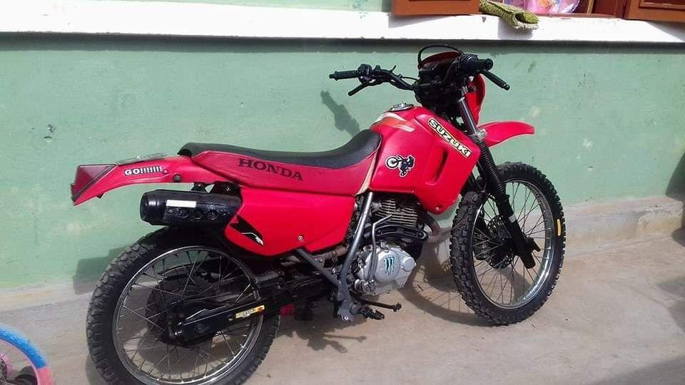 Vendo Esta moto de marca Honda,motor seco,tudo limpo