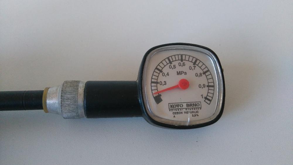 манометър за измерване на налягане в автомобилни гуми