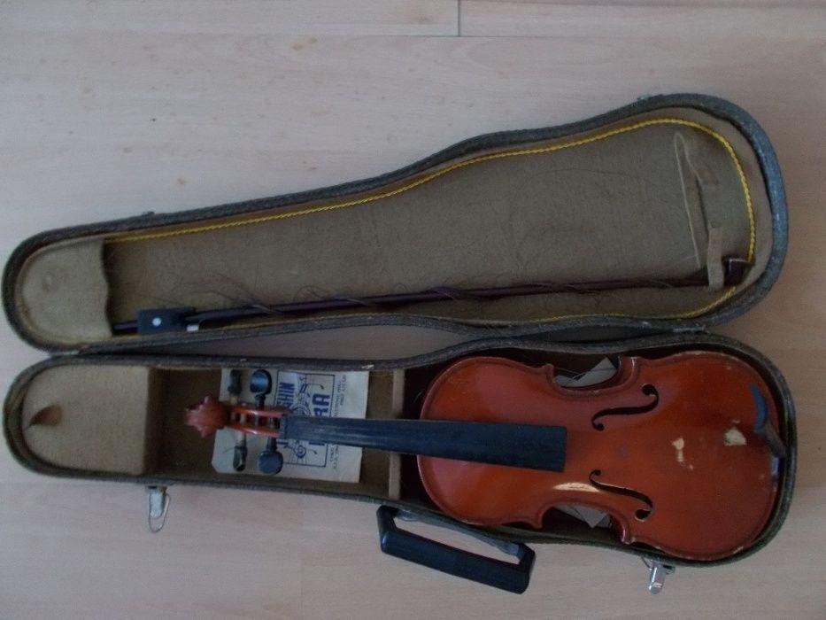 Vand vioara fabricata la Reghin la data de 6-12-1976 marimea 1/2!