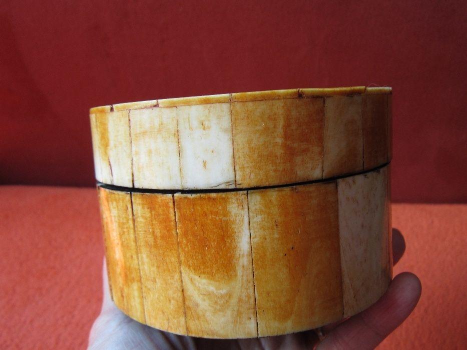 Cutie din lemn si coarne - Vintage , de colectie , lucrata manua