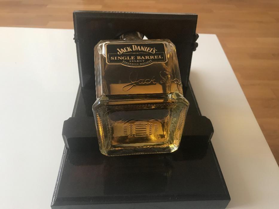 Ръчно изработена стойка за бутила Jack Daniels Single Barrel