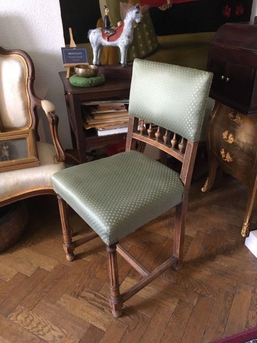 Patru scaune de nuc restaurate
