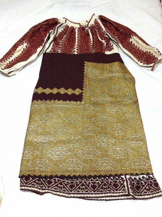 Costum popular, vechi in jur de 100 de ani! Este in stare buna!