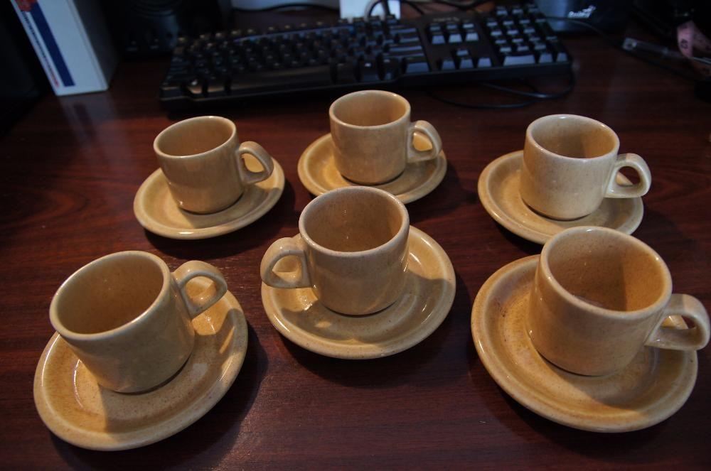 Set 6 cani cu farfurioare pt. cafea, realizat din ceramica smaltuita