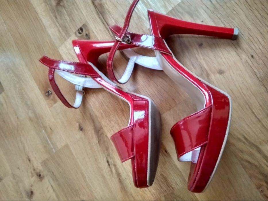Червени лачени сандали