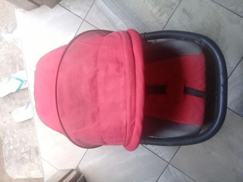 Cadeira de carro de bebé suporta até 15kg