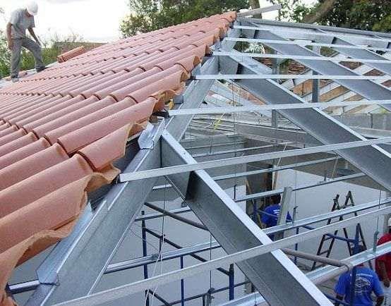 Equipa especializada na montagem de estrutura e montagem de telhas