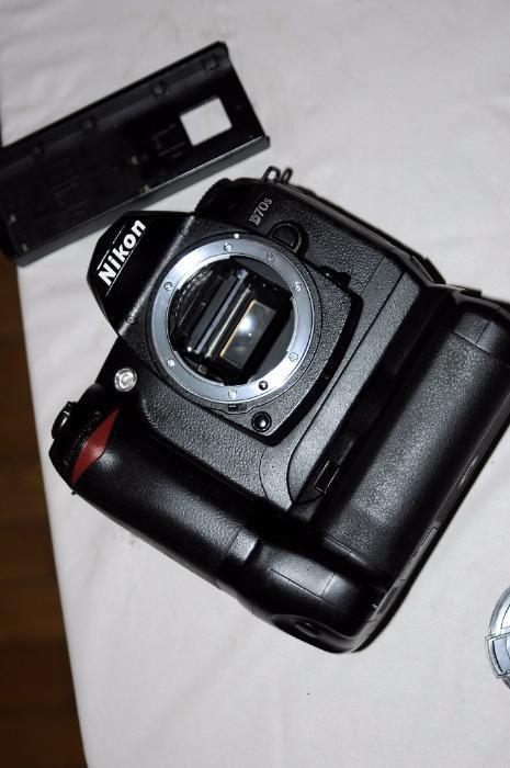 Nikon D70s body + battery grip