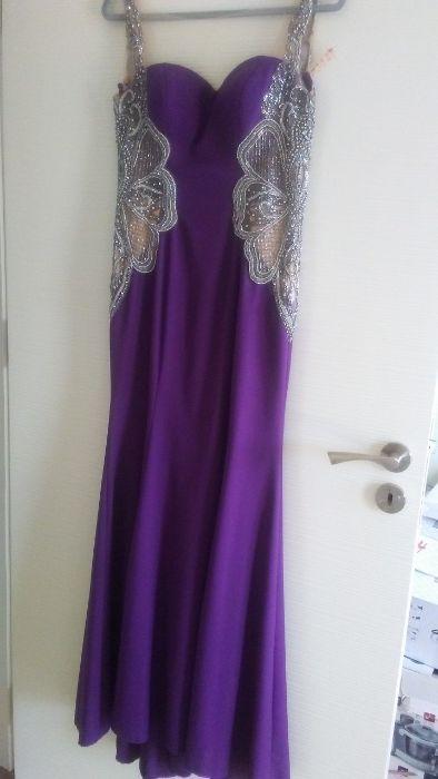 Много красива рокля в тъмно лилав цвят с бродерия от камъни