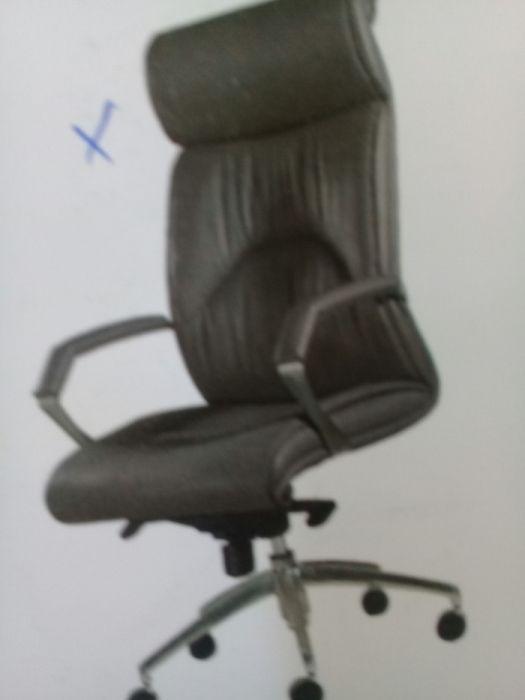 Cadeira de chefe em couro cor preta.direto entrega è montagem.