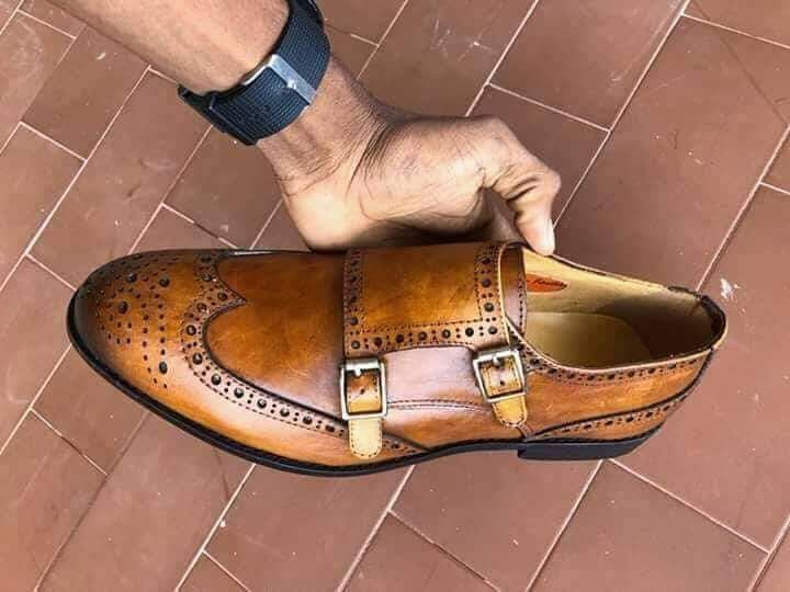 Sapatos duas fivelas