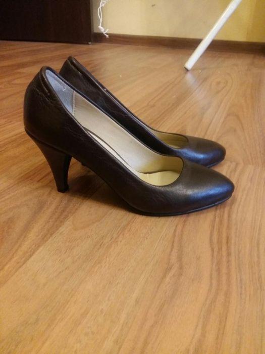 Туфли натуральная кожа 35 размер, устойчивый 7ми сантиметров каблук.