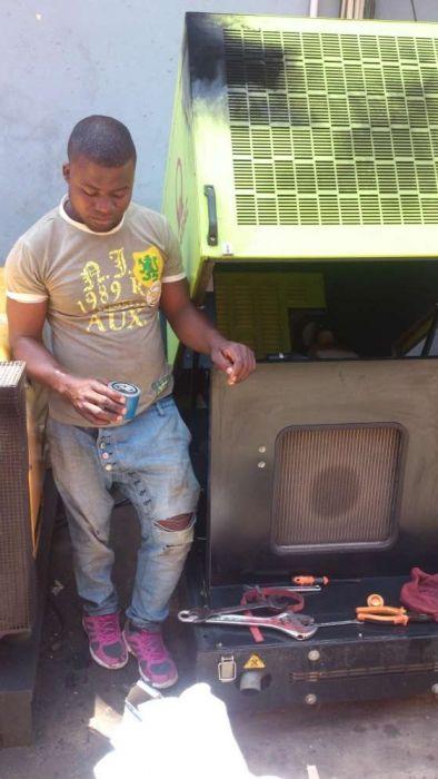 Técnico de manutenção e reparação de gerador industrial