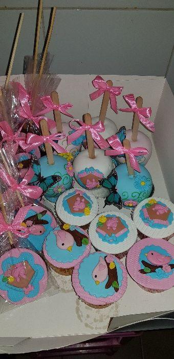 Cenário temático festa infantil com doces e personalizados