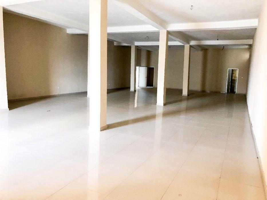 Vendo Loja c dois pisos em zona comercial, na estrada principal Lubang
