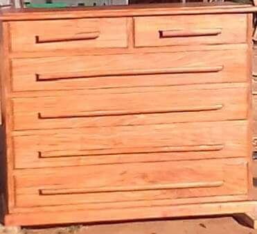 Mesinhas e comodas de madeira