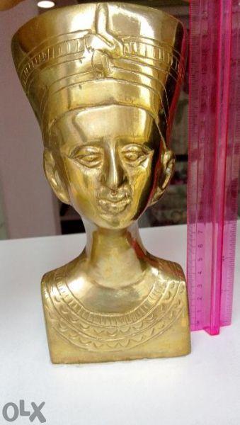 Бронзова статуя нефертити