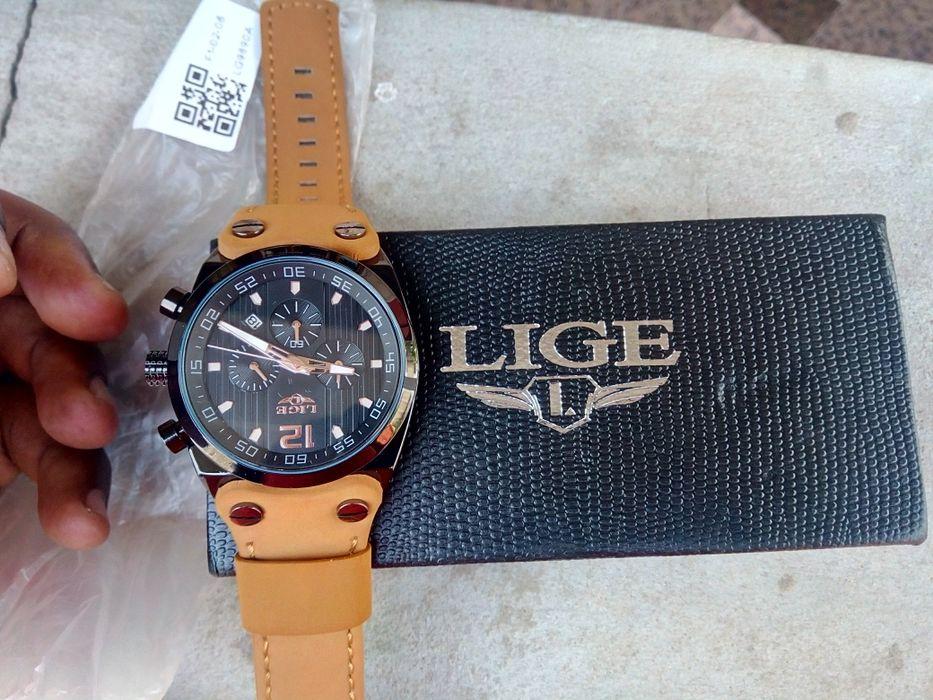 Relógio original da marca liga a prova de água