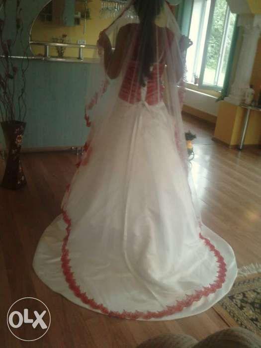 rochie de mireasa alb cu roșu model deosebit dantela