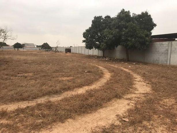 Vende-se um terreno com 1 hectare e meio, vedado com uma casa.