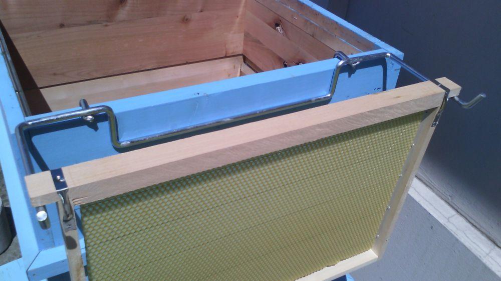 Помощна стойка за кошер-пчеларски инвентар