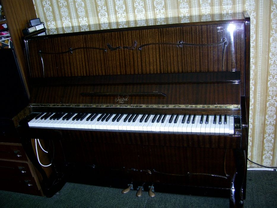 "Продавам пиано ""Заря"""