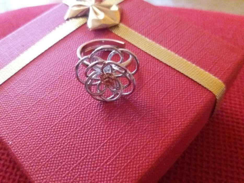 Inel argint model floare cu pietricica roz