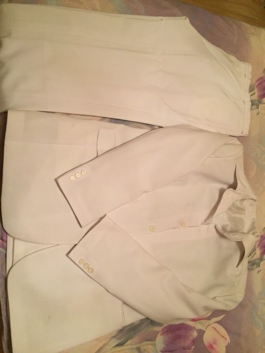 Продавам бял костюм