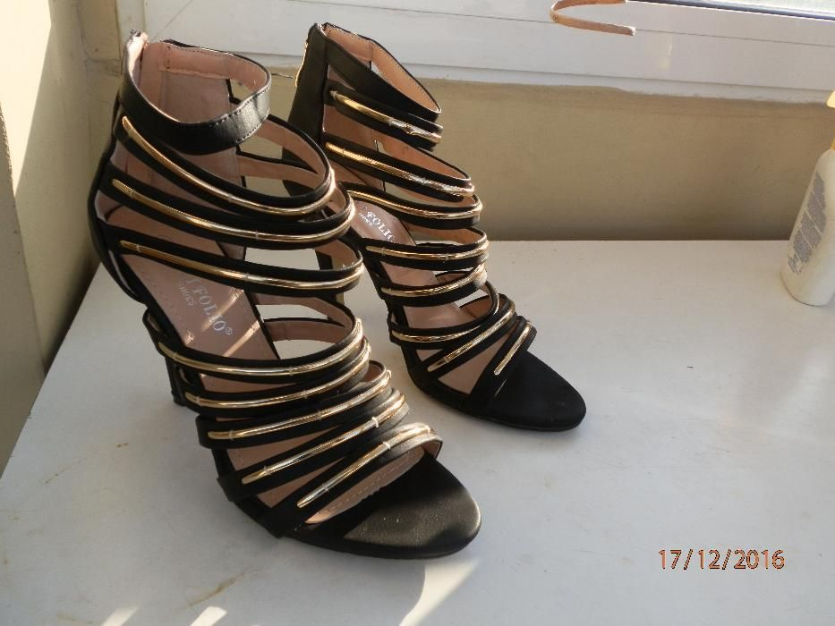 Не обувани нови дамски обувки със златни лъскави каишки, р-р 39