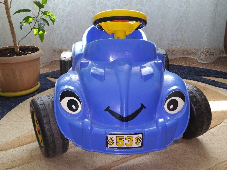 Vând mașină cu pedale pentru copii 2-4(5) ani