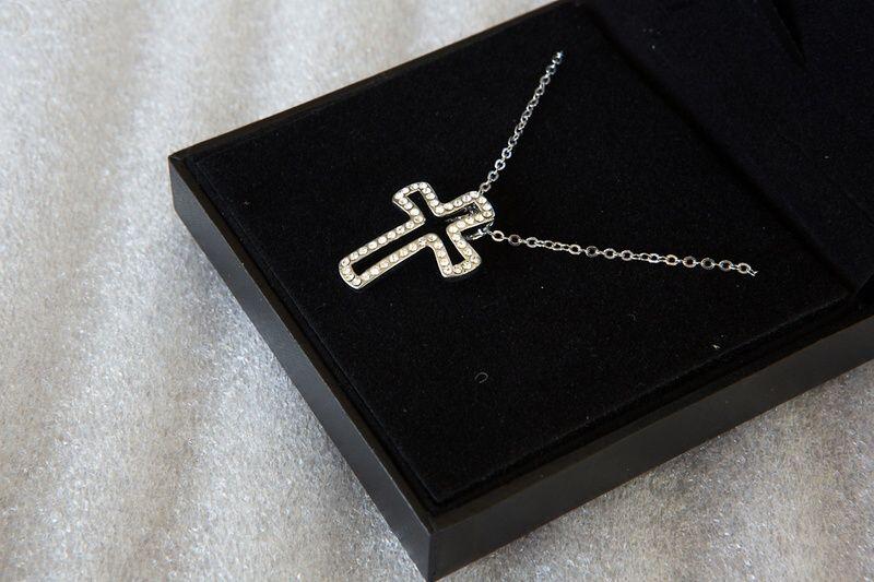 Колие Сваровски кръст с 52 кристала