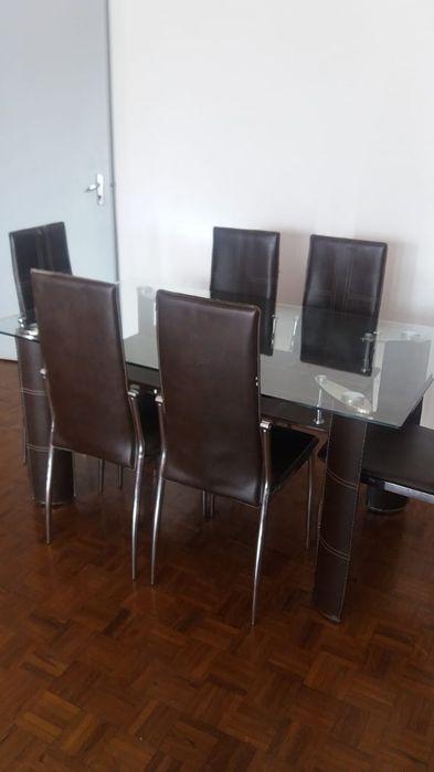 Vende se mesa de vidro de 6 cadeiras sim novo, menos de um ano de uso