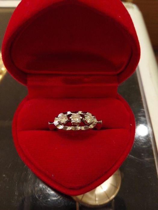 Vind inel aur alb cu diamante
