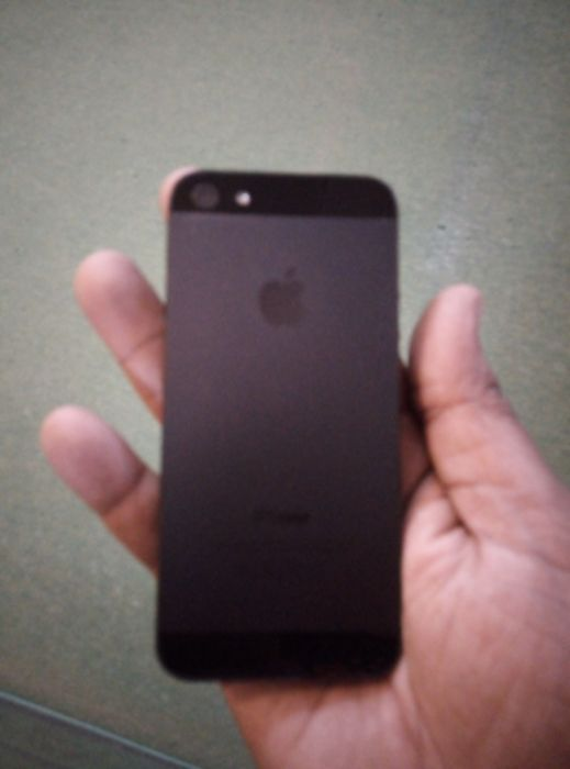 Vendo iPhone 5 em bom estado.