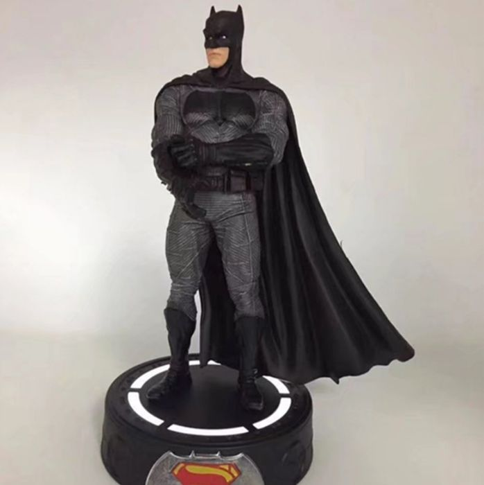 Figurina Batman DC 23 cm stand luminat V Superman: Dawn of Justice