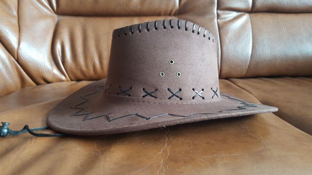 Pălărie maro, tip cowboi.