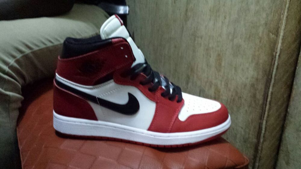 3658004a42e Nike bota vermelha e branca Viana • olx.co.ao
