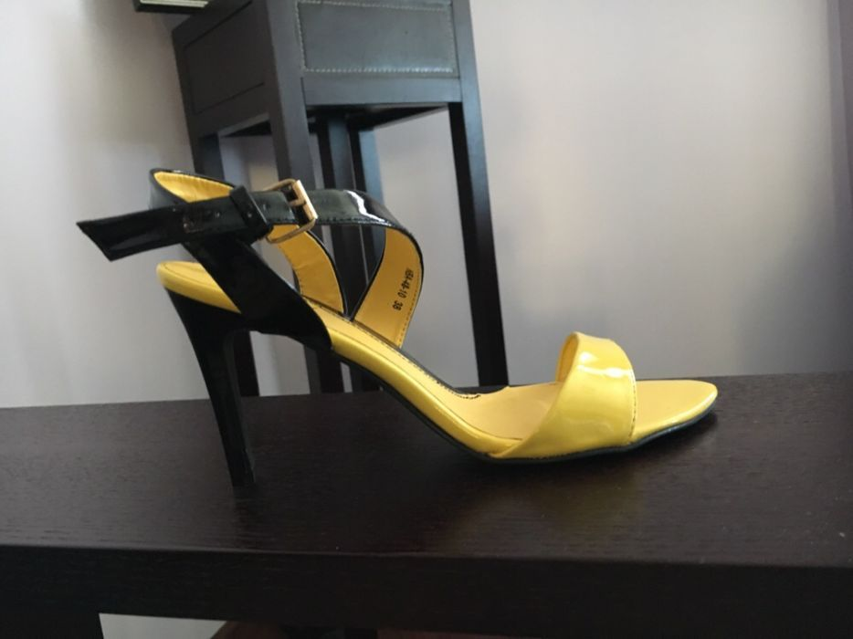Летни лачени дамски обувки/ сандали в жълто и черно на Denyl